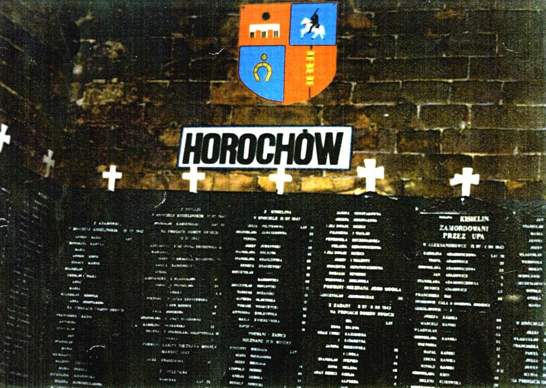 Zamość. Fragment wnętrza rotundy ztablicami ofiar mordów wpow. Horochów.