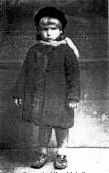 Stryjówka. Danusia Niewidziajło 4 lata ranione wgłowę wraz zmatką 11.11.1944 r. przez ludobójców zOUN-UPA.