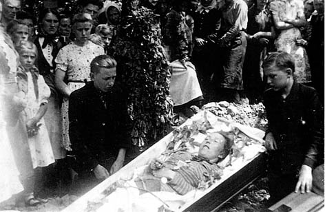 Zatyle Bełżec – Lubycza Królewska. Wdniu 16.06.1944 r. została zamordowana przez ludobójców zOUN-UPA Bronisława Wodiczko. Obok trumny synowie Roman iWojciech.