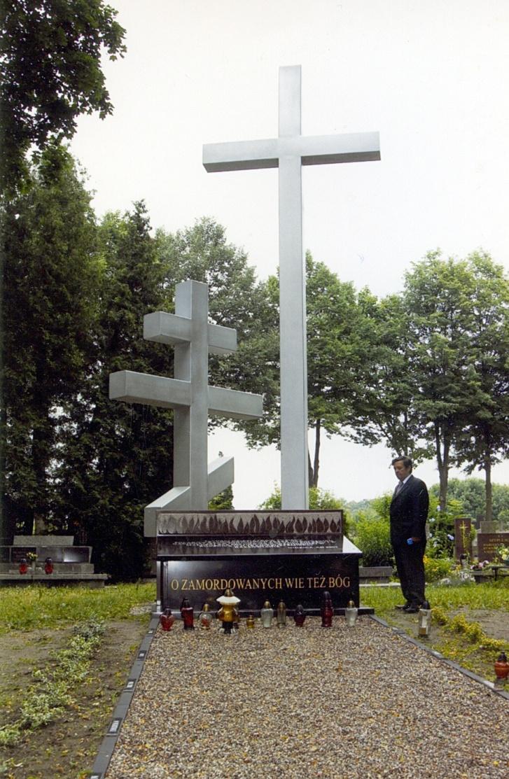 Nidzica. Pomnik kuczci Polaków zamordowanych przez ludobójców zOUN-UPA naWołyniu, Polesiu iMałopolsce Wschodniej. Pomnik znajduje się nacmentarzu komunalnym wNidzicy woj. warmińsko-mazurskie.